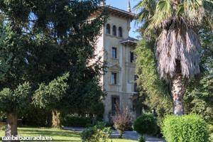 Palacio López en el camino hacia el Barrio Larrea